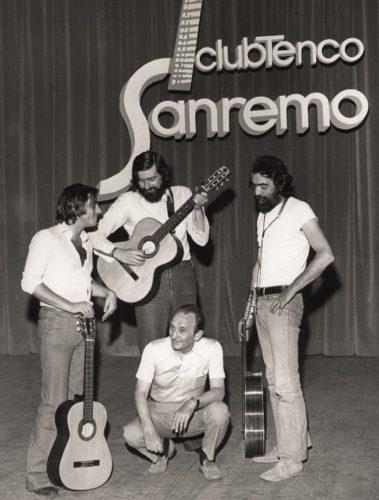 Sanremo-1974.-Amilcare-Rambaldi-accovacciato-con-Roberto-Vecchioni-Francesco-Guccini-e-sulla-destra-Gianni-Siviero_mini-e1580245929395