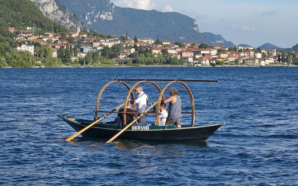 """In alcuni casi, potrete anche notare queste imbarcazioni solcare la acque del lago di Como. Si tratta della più tipica tipologia di imbarcazione da queste parti, storicamente conosciuta come """"La Barchetta dei Pescatori"""", ma ad oggi anche di interesse turistico per brevi tour sull'acqua"""