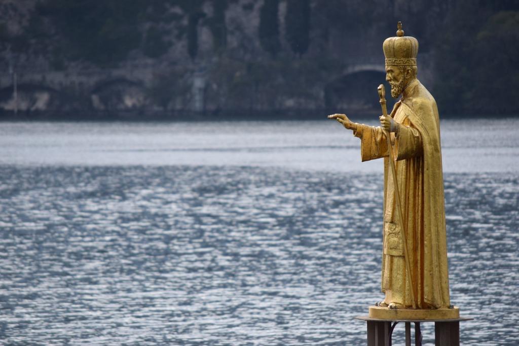 Lecco è anche ricca di Statue, nel suo centro cittadino. Questa è la Statua d'Oro di San Nicolò, Patrono della città. Ve ne parlo tra poco.